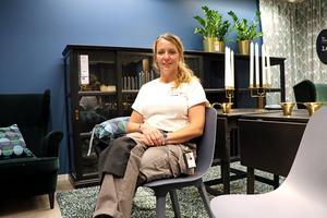 – Stolen Odger är en favorit för mig bland nyheterna. Den är supersnygg, särskilt den bruna varianten. Den är gjord av 30 procent trä och 55 procent återvunnen plast. Och man behöver inga skruvar för att montera ihop den, säger Anna Bjelke, kommunikations- och inredningschef på Ikea.