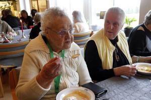 Anna Bergman, 95 år, till vänster, har nyligen flyttat in på Furugården. Här åt hon festlunch tillsammans med Göta Karlsson, från Röda korset.