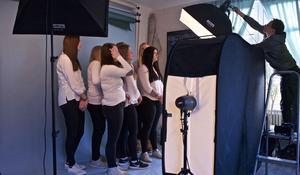 Tidningen Härjedalens luciakandidater fotograferas hos Caj Källmalm i Sveg.