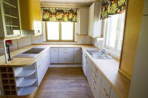 Det tidigare så luxuösa köket känns enkelt i moderna sammanhang.