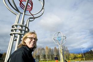 PÅ PLATS. Åsa Herrgård har gjort åtta skulpturer till den nya rondellen vid Sandvikens östra infart. Det är stiliserade träd, med stommarna av rostfritt stål som Sandvik ställt upp med. Under måndagen kom de på plats.