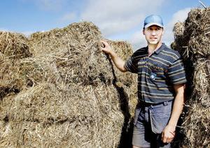 Per Jonsson och hans bror Leif driver sedan ett och ett halvt år tillbaka en grisgård. Förtjänsten har blivit bättre efter att de börjat sälja närproducerat. Fläskköttet som produceras på deras gård går till vissa butiker i närområdet och fläsklådor direkt till kund.