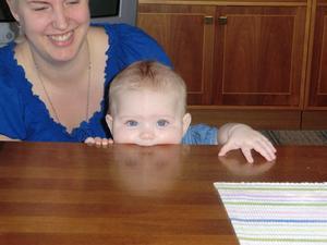 Barnbarnet Ella håller på att få sina första tänder, så hon ville ha något rejält att bita i. Det blev det som hon hade närmast till hands, nämligen vardagsrumsbordet.