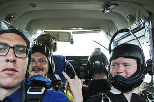 Tidningens utsände, Sven Pettersson och Åke Malmgren peppar upp sig i det lilla Cessna-planet.