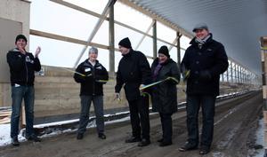 INVIGNING. Jörgen Westholm invigde rakbanan med hjälp av mamma Gun Westholm och vinnarna i namntävlingen.