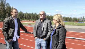 Mattias Sunneborn diskuterar med Söderhamns IF:s Conny Eklund och Lina Haglund inför veteran-SM som arrangeras på Hällåsen i sommar.