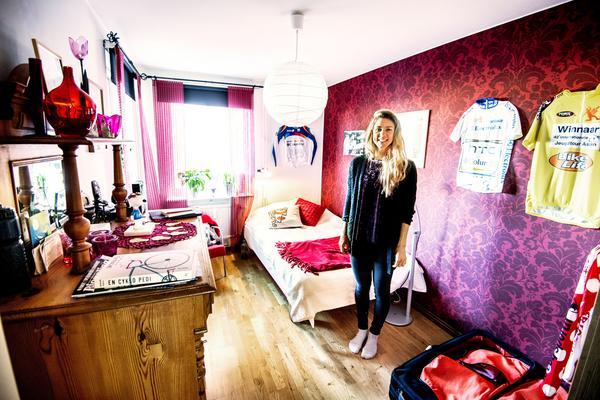 Emilia Fahlin visar upp sitt flickrum i föräldrahemmet i Örebro. Inte mycket har förändrats sedan hon flyttade ut.  Tröjan vid sänggaveln är från henes första Vårgårda world tour. Det gick inte så bra och lagkamraterna har klottrat den full av peppande kommentarer. I fjol, många år senare, var revanschen ett faktum när hon stod som segrare i samma tävling.