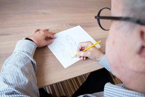 Tecknar sina serier gör han vid köksbordet. De första skisserna görs med blyerts.