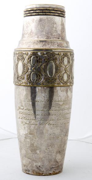Mystisk direktör. Vem är direktör Johansson, och vad hade han att göra med denna urna, hittad i ett förråd på Fredriksberg vid Råby? Urnan har troligen haft ett lock. Den är lätt, kanske av mässing. Det verkar vara en minnespokal, ingen urna för direktörens egen aska.
