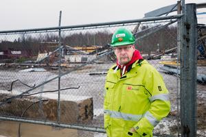 """Plats för bostäder. Just nu pågår rivningsarbeten på Strängbetongs gamla fabriksområde i Nykvarn. Här ska byggas radhus. Tomas Kullberg har flera invändningar mot arbetsmiljön och hoppas nu på snabba åtgärder från den ansvarige. """"Vi får se vilken vilja till förändring han har."""""""