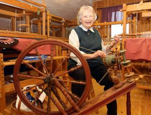 Signe Olsson, 88, har blivit lärare på gamla dar. Nu lär hon ut hur man kardar ull och spinner på spinnrock.