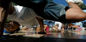 Elvis från Moves per minute visade unga förmågor trixiga danssteg.