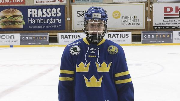 Filip Johansson i blågul dress.