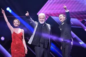 Programledarna Clara Henry, Hasse Andersson och David Lindgren på scenen vid Melodifestivalens andra deltävling i Malmö arena.