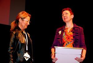 Regissören Suzanne Ostens pris togs emot av föreläsaren och forskaren Lisbeth Pipping. Till vänster barnombudsmannen Cecilia Sjölander, som delade ut priset tillsammans med Ulrika Carlsson, från stiftelsen Allmänna barnhuset.Foto: Samuel Borg