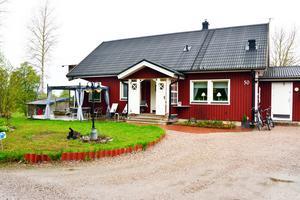 Huset ligger på Alnö och är 180 kvadratmeter stort.