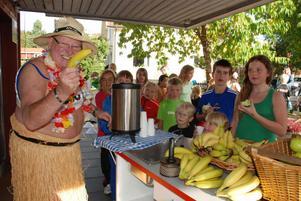 Svenske kocken Kuprik mot eleverna vid målet och serverade frukt och dryck.