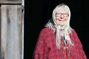 Välkommen till gårdsmuseet vid gården Hammar i Roteberg, hälsar Kerstin Hammar som tillsammans med maken Erik ställde i ordning museet.