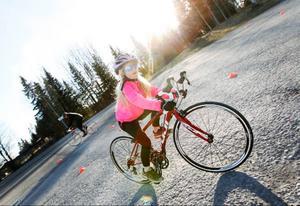 Alicia Sellsved, Järpen, cyklar en runda på slalombanan på parkeringsplatsen vid Lövstabadet.