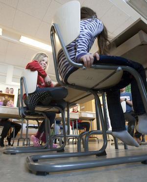 Stolarna är försedda med mjuka dynor och tassar under benen.