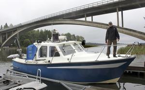 Provtagningsbåt. RV Andrea angör Vettershaga brygga i Bergshamraviken.