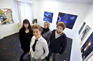 GILLAR BEATLES. Konstnärerna på årets sista utställning på Galleri BGB i Hofors har valt Beatles som tema.Foto: Lars Wigert