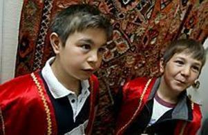 Foto: LEIF JÄDERBERG Roligt. Ahmed och Cagri läser turkiska och berättade om Turkiet för sina skolkamrater på Lilla Sätraskolan. Det är roligt att kunna både svenska och turkiska , tyckte de.