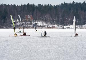 Omsvärmad. Pimplaren satte sig på isen tidigt på dagen, när endast konturerna av Mälarens öar täckte synfältet över isen i horisonten. Men mitt på dagen blev han ett naturligt rundmärke för isjaktsentusiasterna.