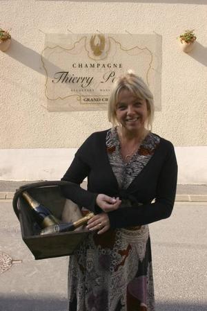 SVENSK FRANSYSKA. Jessica Perrion utanför familjens hem i Verzenay. I källaren lagras champagnen, som fått namn efter maken Thierry Perrion.