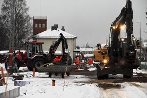 Två grävmaskinister jobbar även med att flytta det gamla och göra ett nytt avlopp. Det blir en ny dragning för vatten och avlopp.