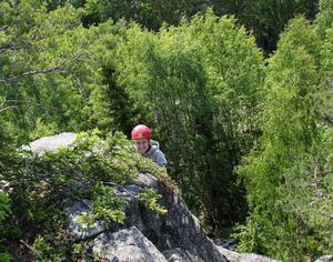 Matilda Olausson njuter av vilan efter att ha kommit upp på toppen efter en tuff och krävande klättring.