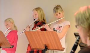 Flödade. Musiken rann ut i Kyrkbacksskolans aula. Fr v Tove Wåström, Amanda Vikander Eriksson, och Isabelle Lönnström Karlsson. I förgrunden syns läraren Helena Engström Anestedt.