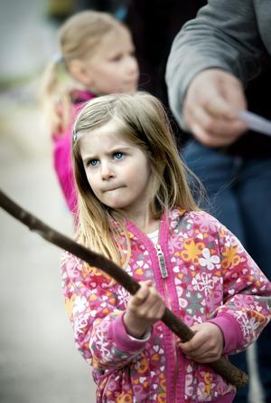 En koncenterad Linda Janzon, 5 år, väntar på napp i fiskdammen.