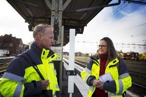 Kjell-Arne Blom och kollegan Karin Nyqvist från Trafikverket mötte resenärer på Östersunds central.
