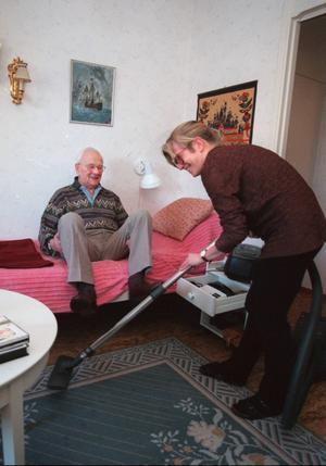 Äldre ska kunna få hemtjänst direkt utan att behöva ansöka om det hos kommunen, enligt ett förslag från Moderaterna. Men det är oklart om detta är förenligt med lagen.