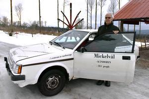 Leif hade inte hjärta att skrota denna bil så han gjorde om den till en reklambil för byn i stället.