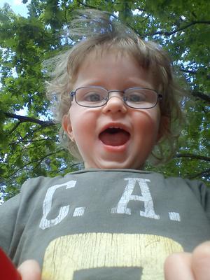 Hugo som är två år är en glad kille.Han testar om mormor har bra reflexer.Försök fånga mig om du kan Mormor!!!!