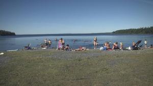 Temperaturen i vattnet är inte så hög. Därför nöjer sig många besökare med att solbada.