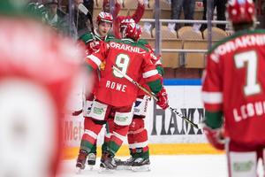 Moras Sebastian Hartmann jublar tillsammans med Andrew Rowe efter 2–1 på Karlskrona. Foto: Daniel Eriksson/Bildbyrån