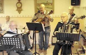 Husbandet inledde kvällen med en stunds musikunderhållning och hjälpte sedan till med att få god ton på allsången.