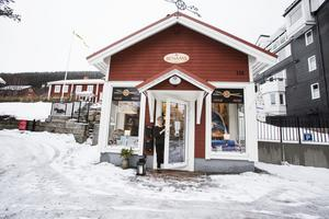 Konstnären Kristina Hansson har öppnat upp sin studio och ateljé. Här hittar du den klassiska Årelampan i sällskap av kuddar, brickor och mycket mer.