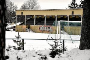 Ny arena. Stadsskogsvallen är avvecklad som idrottsplats och den gamla träläktaren revs förra vintern. Nu placeras den nya högstadieskolan på det tidigare idrottsområdet. Arkivfoto: Michael Landberg