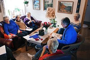 Hela gänget samlat i Anna-Greta Petterssons vardagsrum. Nu stickar de på nästa sändning till Norge.