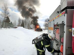 Traktorbranden är en ögonblicksbild tagen i Roteberg. Det här är vad brandmännen, såg när de klev ur brandbilen.