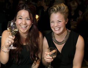 Caroline Öhman, som jobbar på Lager 157 i Birsta, skålar med sin butikschef Anna Brundin. Butiken var nominerad till Årets butik.