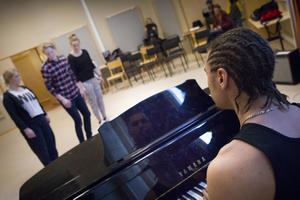 Uppvisningen innehöll både musik, dans, rytmik och en improvisationsdel.