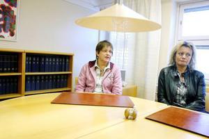 """12 juni fick de anställda på länsrätten i Östersund beskedet om att domstolen läggs ned och 15 februari stängs kontoret. """"Jag förstår att det behövs göras rationaliseringar men att sluta känns som att lämna familjen och det är tråkigt"""", säger Ingrid Brunn, domstolssekreterare, till höger. """"Det känns lite konstigt jag var med och byggde upp verksamheten när det blev en länsrätt 1979"""", säger Marianne Fastesson, till vänster. Foto: Henrik Flygare"""