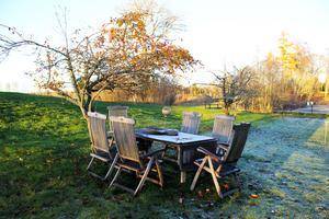 Frosten har lagt sig på utemöblerna i trä.