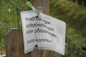 Avetsta kommun har satt upp den här skylten på Marianas staket.