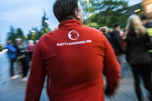 Att ungdomarna ska känna igen de rödklädda nattvandrarna är en viktig del i arbetet, därför är det bra om man även kan besöka ungdomsgårdar.